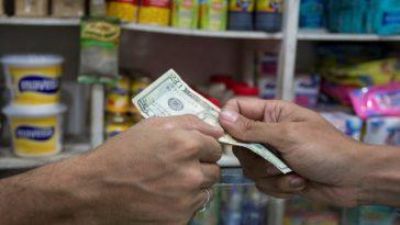 Por qué el dólar baja